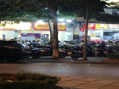 Cầu Giấy, Hà Nội: Hàng loạt quán bia thách thức lệnh giãn cách, ngồi đông như hội